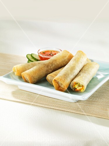 Vegetable spring rolls with a sweet and spicy chilli sauce