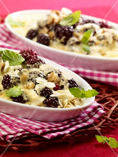 Blackberry gratin with nuts