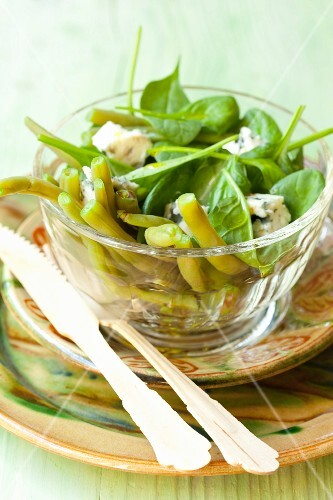 Spinach salad with green beans, Roquefort and balsamic vinegar