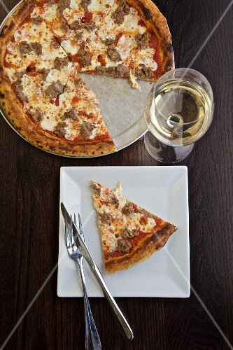 Pizza with salsiccia served with white wine