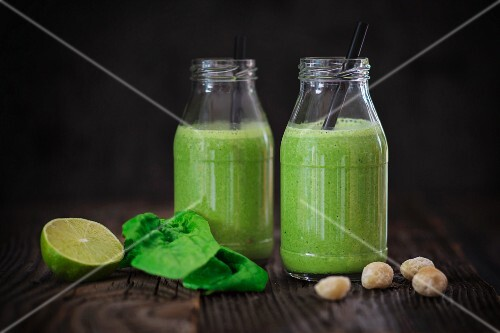 Cucumber, spinach and macadamia nuts smoothies