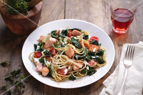 Spaghetti with salmon and spinach