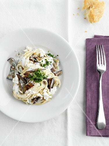 Spaghetti with aubergines and ricotta