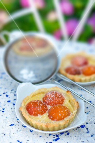Nectarine and vanilla tartlets with icing sugar