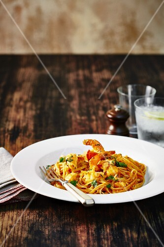 Linguine with prawns and tomatoes