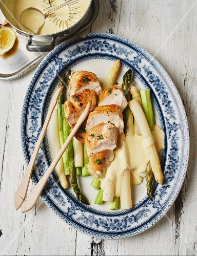 Asparagus with chicken breast and Hollandaise sauce