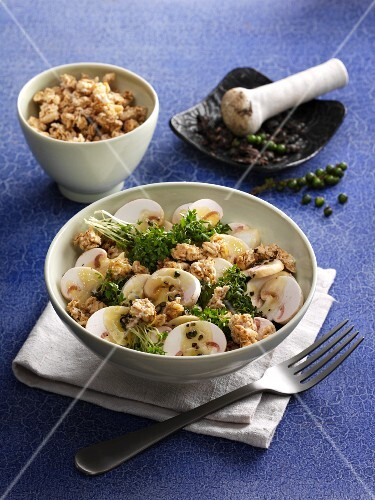 Mushroom salad with cress, green pepper and crunchy muesli