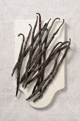 Vanilla pods on a chopping board (seen from above)