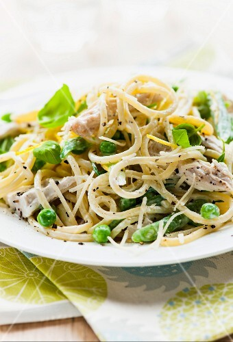 Spaghetti with chicken, peas and a creamy sauce