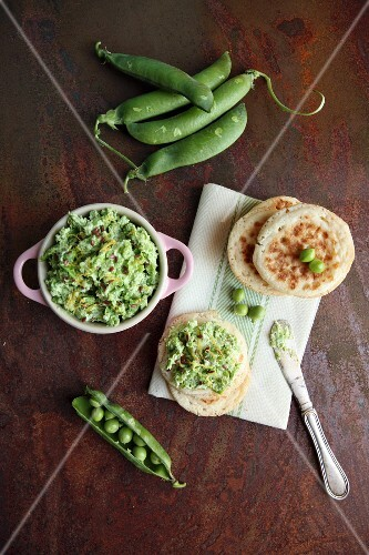Pea guacamole with linseed, lemon zest and flatbread