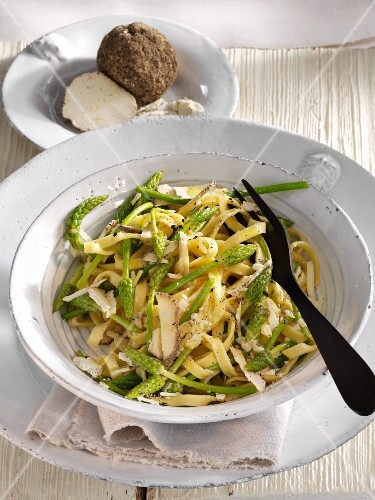 Fettuccine with wild asparagus and Belper Knolle Swiss cheese