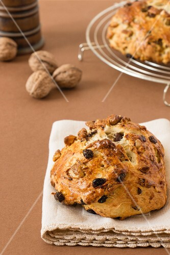 Sweet walnut and raisin bread