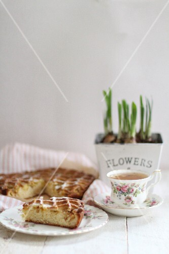 Apple cake with tea