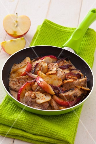Pork fillet with apple wedges, red onions and mushrooms