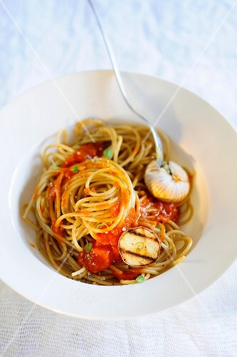 Spaghetti with tomatoes and garlic