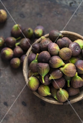 Fresh blue figs in a wooden bowl