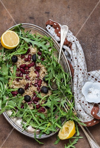 Lemon and wholemeal rice with beans, olives and rocket