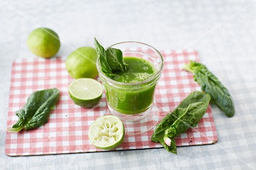 A spinach smoothie with limes and mango