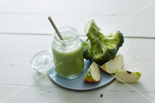 A broccoli smoothie with apples