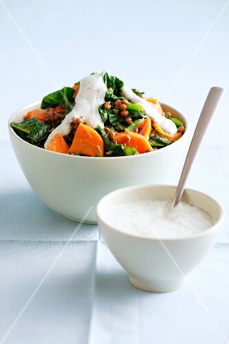 Spinach salad with papaya and yoghurt dressing