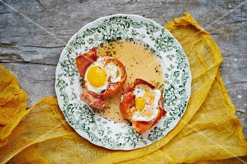 Eggs in crispy Parma with maple syrup