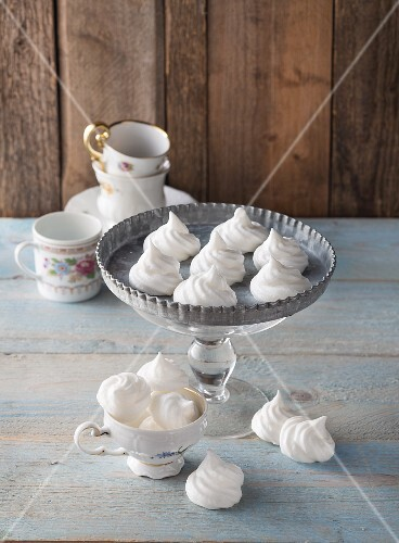 Vegan meringues made with beaten chickpeas
