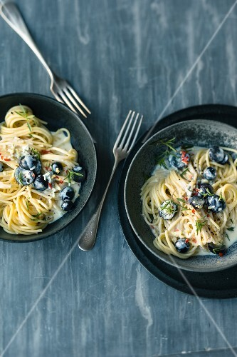 Spaghetti with grapes, ginger and spicy gorgonzola cream