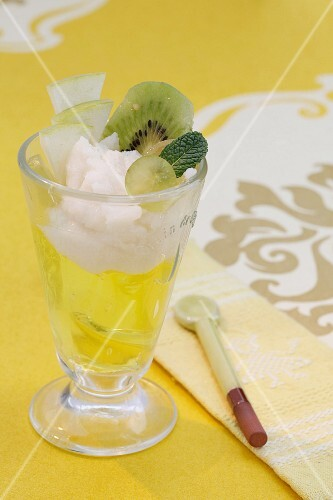 Kiwi jelly with Granny Smith apples in a glass