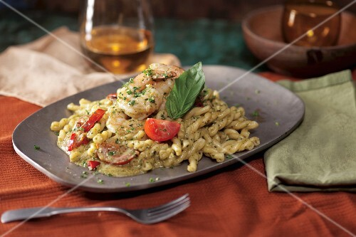 Pasta with prawns, tomatoes and pesto