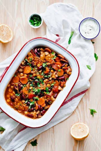 Chili sin carne with kidney beans and carrots