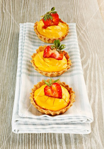 Ginger cream tartlets with strawberries