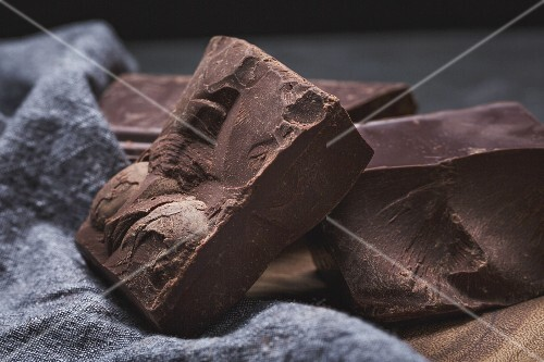 Chunks of organic dark chocolate (close-up)