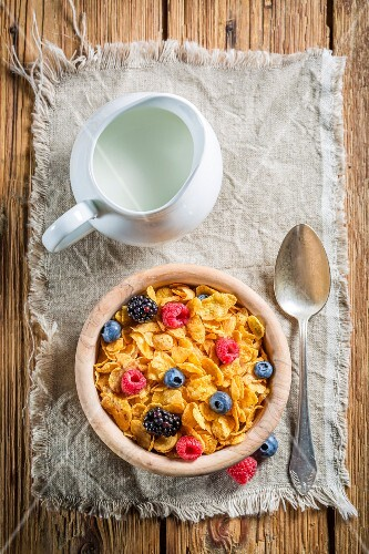 Cornflakes with berries and milk