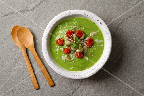 Creamy soup with broad beans and tomatoes