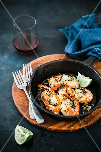 Garlic prawns with lines and a cast-iron pan