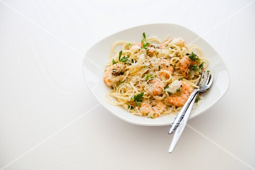 Spaghetti with prawns and garlic
