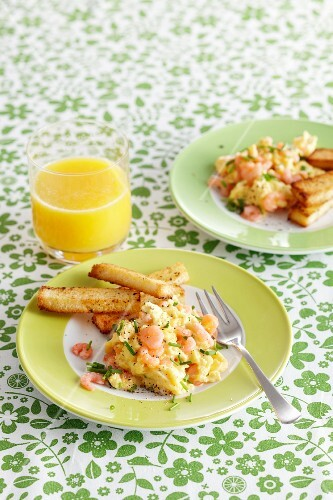 Scrabbled eggs with shrimps and breadsticks