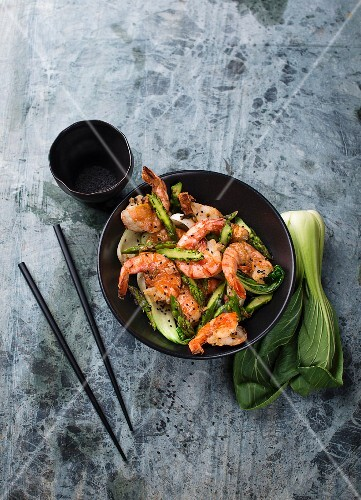 Shrimps with bok choy and green asparagus