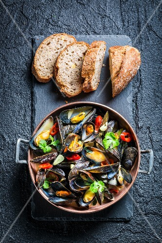 Roasted mussels with garlic served with bread