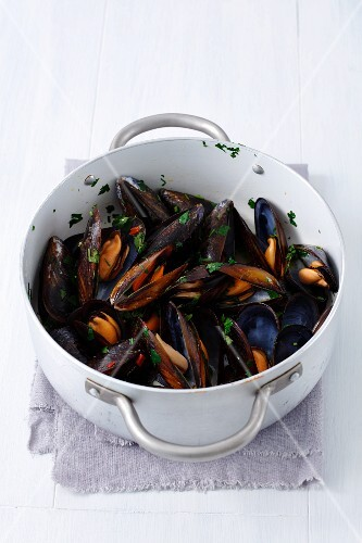 Mussels with chilli, parsley and white wine