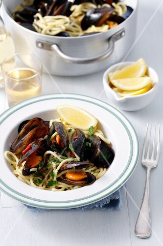 Spaghetti with mussels, chilli, parsley and white wine