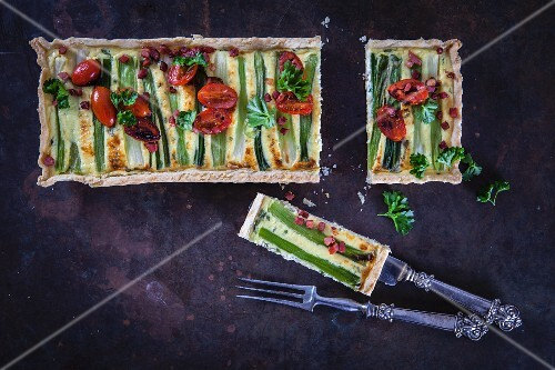 Spring onions, bacon and tomato tart