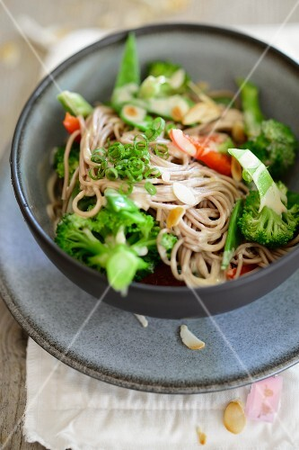 Soba noddles with broccoli and spicy almond sauce (Asia)