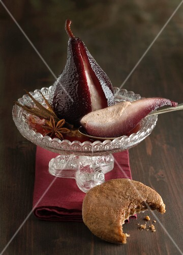 Red wine pears with gingerbread biscuits