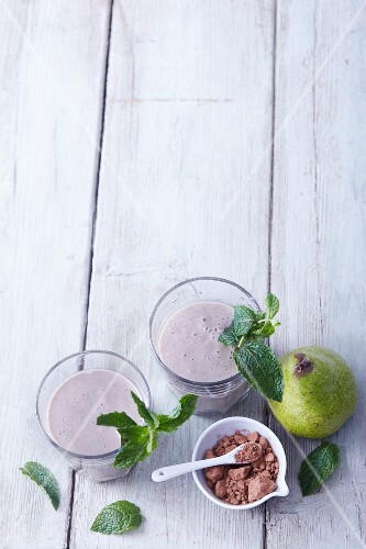 Banana and pear smoothies with mint and cocoa powder