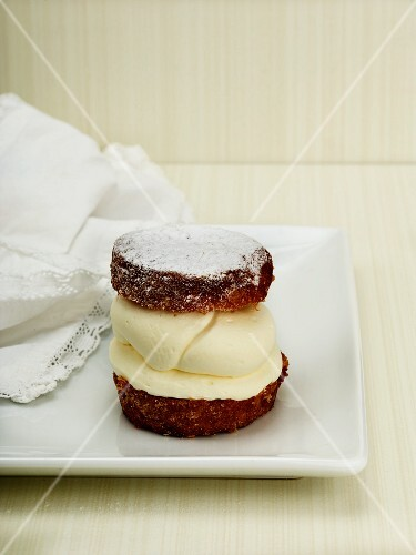 A mascarpone tartlet with icing sugar