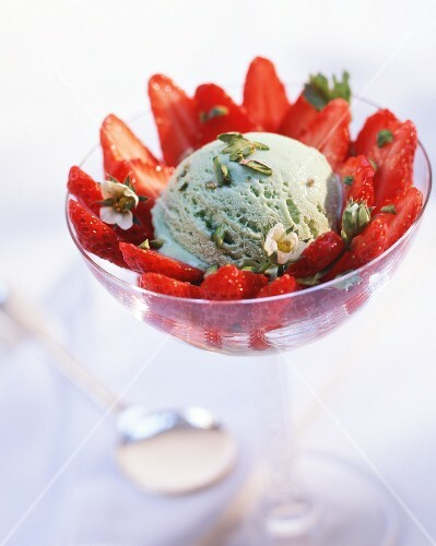 Pistachio ice cream with fresh strawberries