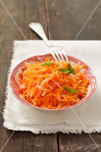 Carrot salad with apple