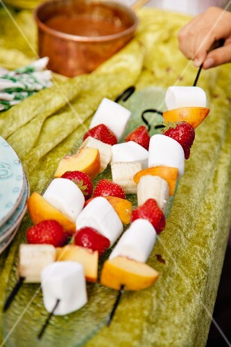 marshmallow frucht spiesse zum grillen vorbereitet bild kaufen 11015731 stockfood. Black Bedroom Furniture Sets. Home Design Ideas