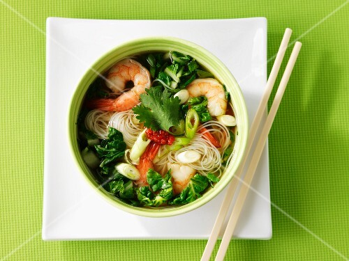 Noodle soup with vegetables and prawns (Asia)